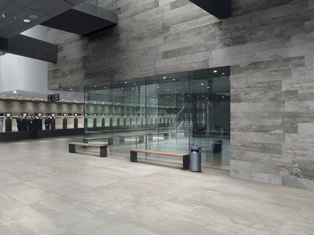 Texture cemento in showroom bf interni